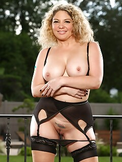 MILF in lingerie Kiki Daire shows big juggs and inked pussy