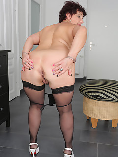 Mature Pictures Featuring 52 Year Old Jessica Wild From AllOver30