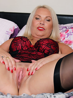 Mature Pictures Featuring 44 Year Old Francesca Kitten  From AllOver30