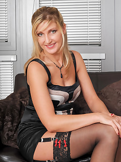 Mature Pictures Featuring 34 Year Old Yasmin From AllOver30