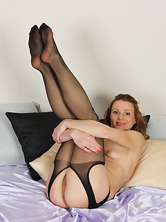 Mature Pictures Featuring 35 Year Old Suzy Losson From AllOver30