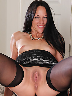 Mature Pictures Featuring 43 Year Old Kiera Blu From AllOver30