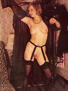 Rodox seventies lady preparing for a horny threesome